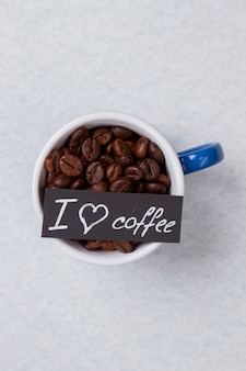 Bliska kubek z ziarnami kawy