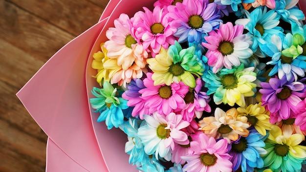 Bliska kwiat tęczy kwiaty jasny bukiet na drewnianym tle