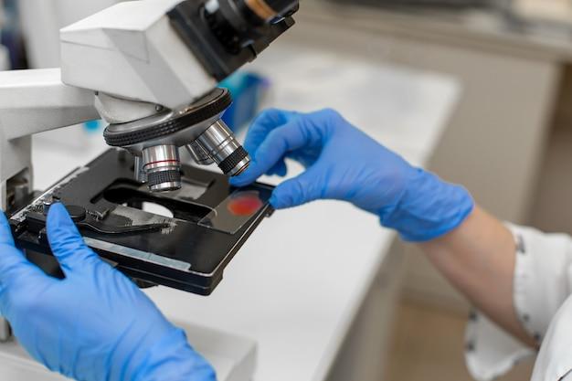 Bliska laboratorium laboratorium badania próbki krwi w mikroskopie.