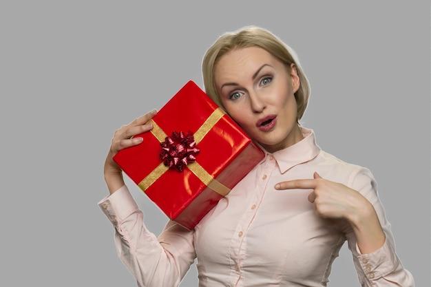 Bliska ładna kobieta, wskazując na pudełko. specjalna oferta wakacyjna. koncepcja rabatu.