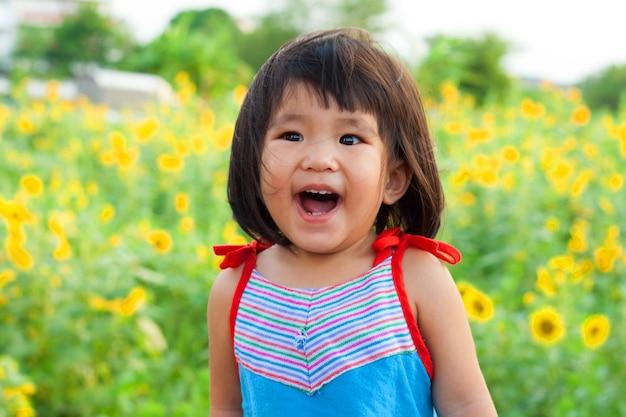 Bliska ładny, duży uśmiech azjatyckich dzieci