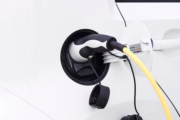 Bliska ładowanie samochodu elektrycznego