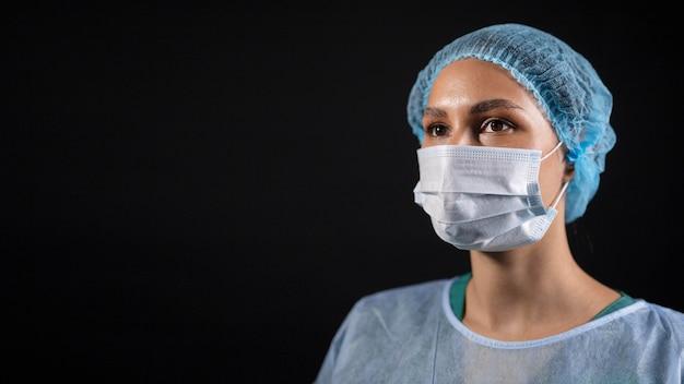 Bliska lekarz noszący maskę