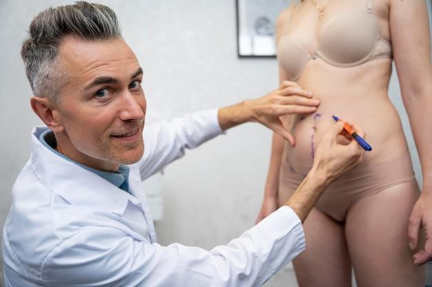 Bliska lekarz rysujący na pacjencie