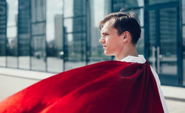 Bliska lekarz superbohatera patrząc na ulicę miasta