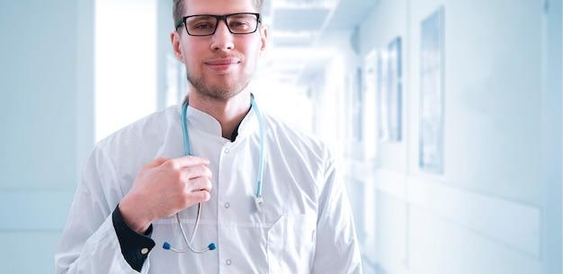 Bliska lekarz trzymający koncepcję stetoskopu, opieki zdrowotnej i medycyny