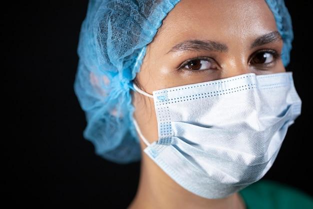 Bliska lekarz z maską na twarz