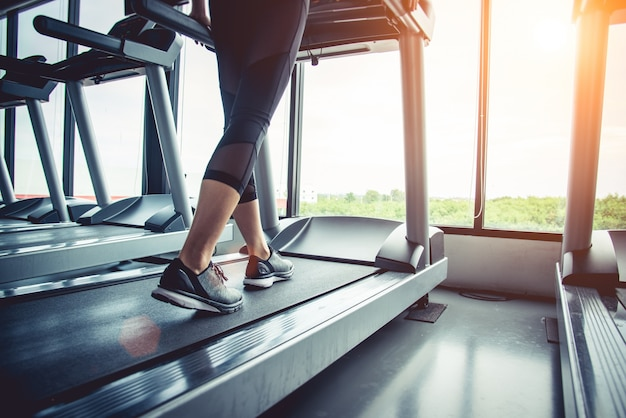 Bliska ludzi, którzy ćwiczenia na bieżni