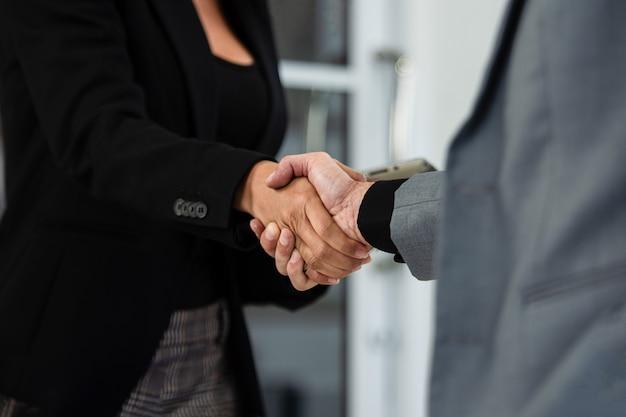 Bliska ludzie uścisnąć dłonie sukces partnerstwa biznesowego, koncepcja uścisk dłoni