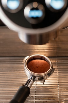 Bliska łyżka trzyma kawę