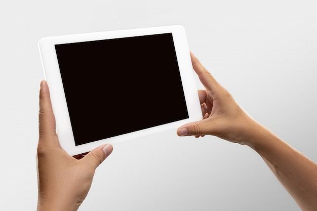 Bliska męskie ręce trzymające tablet z pustym ekranem podczas oglądania online popularnych meczów sportowych i mistrzostw na całym świecie.
