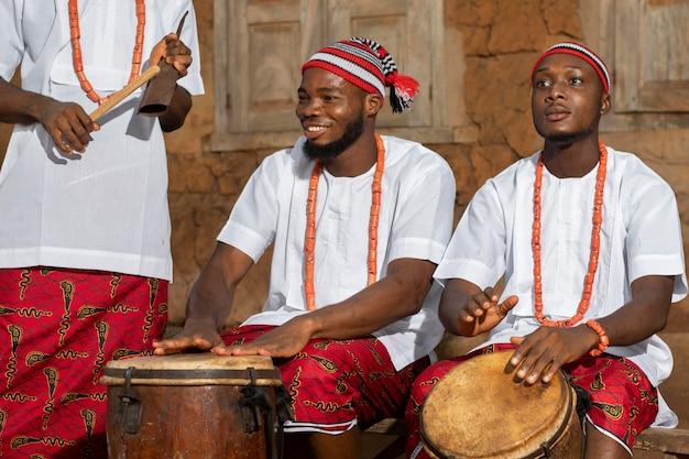 Bliska mężczyzn grających na perkusji