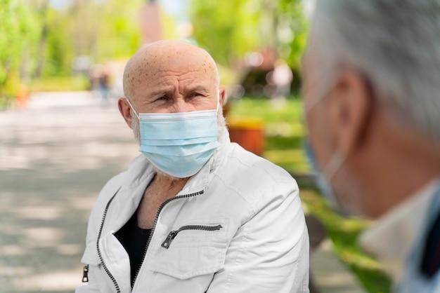 Bliska mężczyzn noszących maski