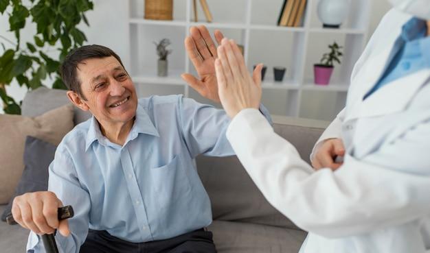 Bliska mężczyzna i lekarz przybijają piątkę