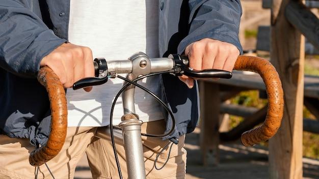 Bliska mężczyzna jedzie na rowerze