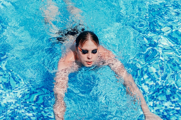 Bliska mężczyzna pływanie w basenie koncepcji wakacji letnich