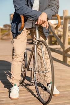 Bliska mężczyzna pozowanie z rowerem