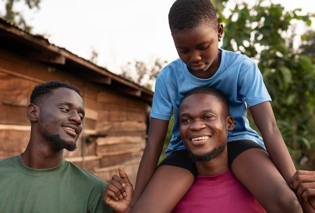 Bliska mężczyzna trzyma dziecko na ramionach
