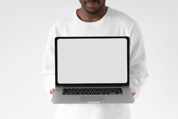 Bliska mężczyzna trzyma otwarty laptop