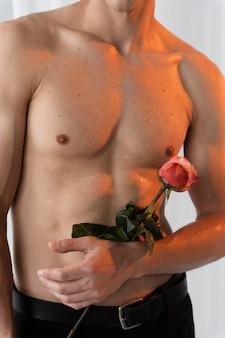 Bliska mężczyzna trzyma różę