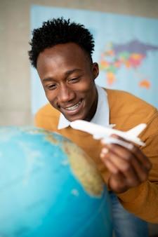 Bliska mężczyzna trzymający mały samolot