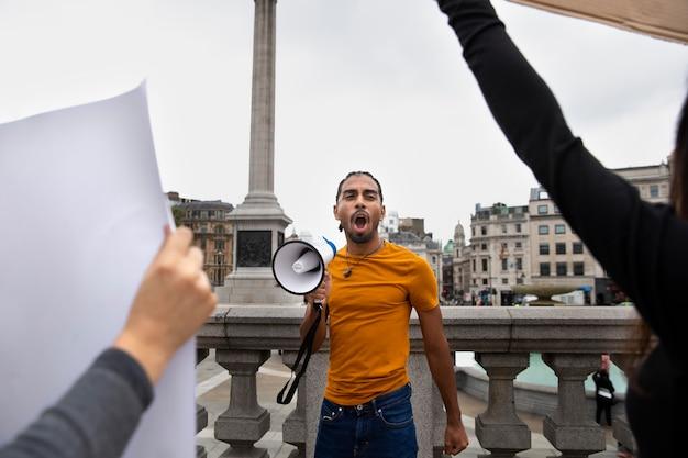 Bliska mężczyzna trzymający megafon