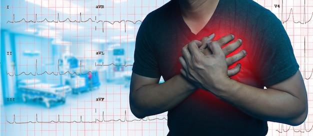 Bliska mężczyźni mają ból w klatce piersiowej spowodowany atakiem serca tło wykresu elektrokardiogramu.