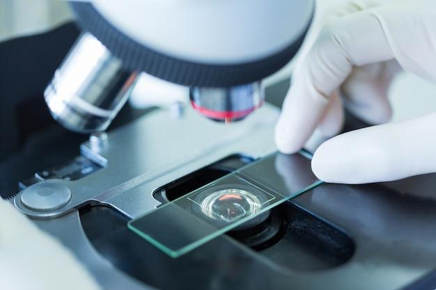 Bliska mikroskopu w laboratorium krwi, koncepcja nauki i technologii