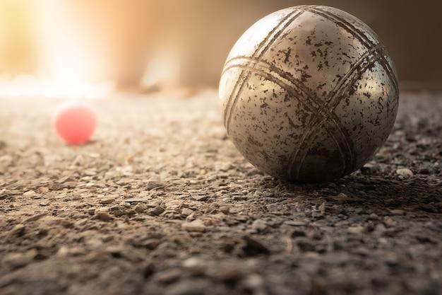 Bliska miski do gry w petanque pod słońcem marsylii koncepcje sportowe i turystyczne