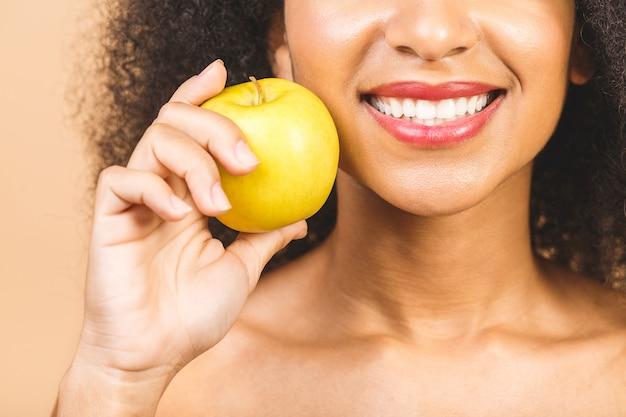 Bliska młoda kobieta, wykazując zdrowy uśmiech toothy