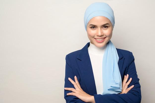 Bliska młoda piękna muzułmańska bizneswoman z hidżabem na białym tle studio