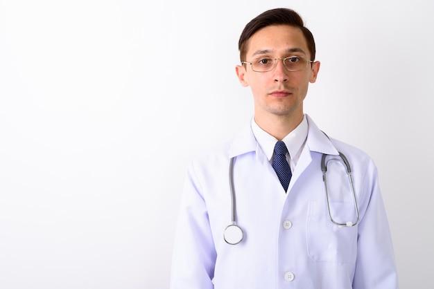 Bliska młody przystojny mężczyzna lekarz noszenie okularów przeciwko