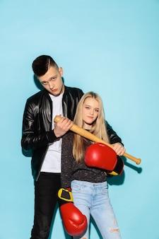 Bliska moda portret dwóch młodych nastolatków ładny hipster