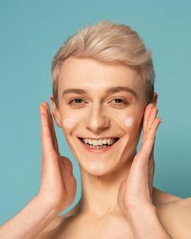 Bliska model buźkę z kremem do twarzy