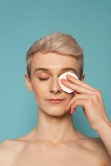 Bliska model czyszczenia twarzy