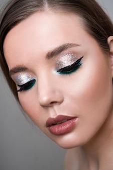 Bliska modelka młoda kobieta w modny makijaż