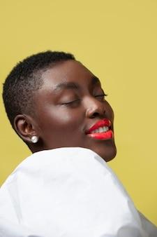Bliska modelka nosząca czerwoną szminkę