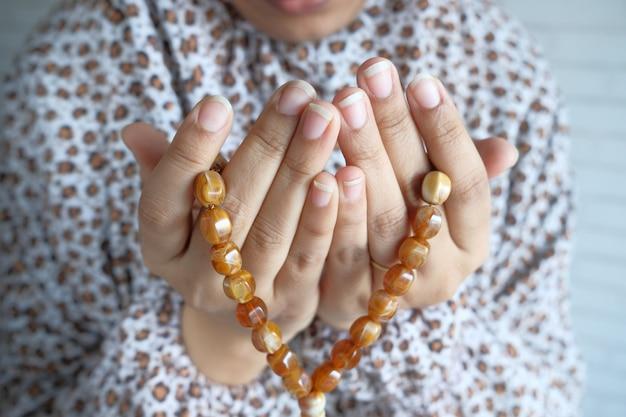 Bliska muzułmańskich kobiet ręcznie modląc się w ramadanie