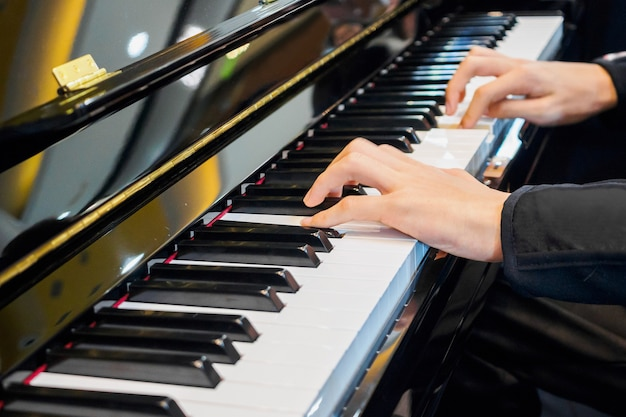Bliska muzyk strony gry na fortepianie