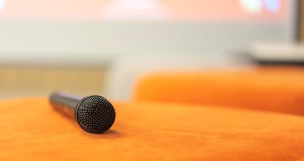Bliska na mikrofon kanapa layton w sali seminaryjnej dla koncepcji spotkania biznesowego