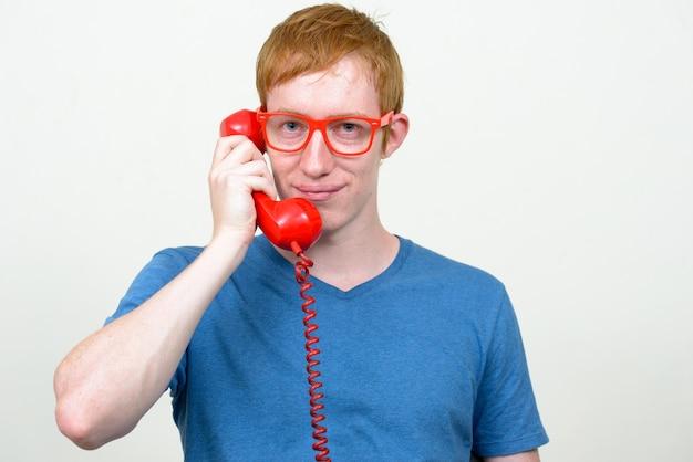 Bliska nerd człowiek z rudymi włosami na białym tle okulary