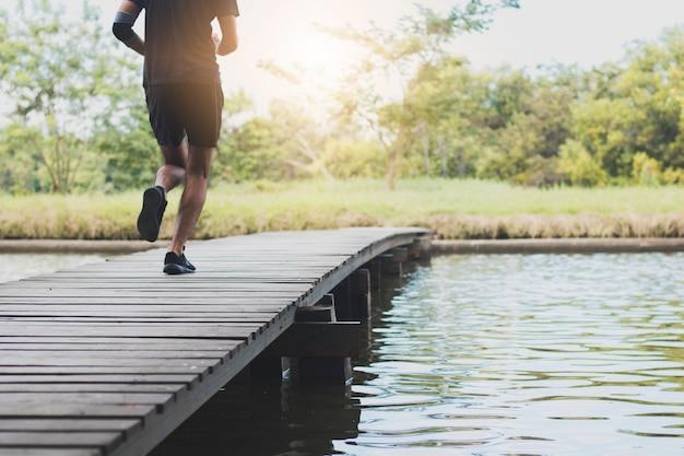 Bliska nogi człowieka działa i ćwiczeń