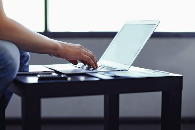 Bliska, nowoczesny facet pracuje na laptopie