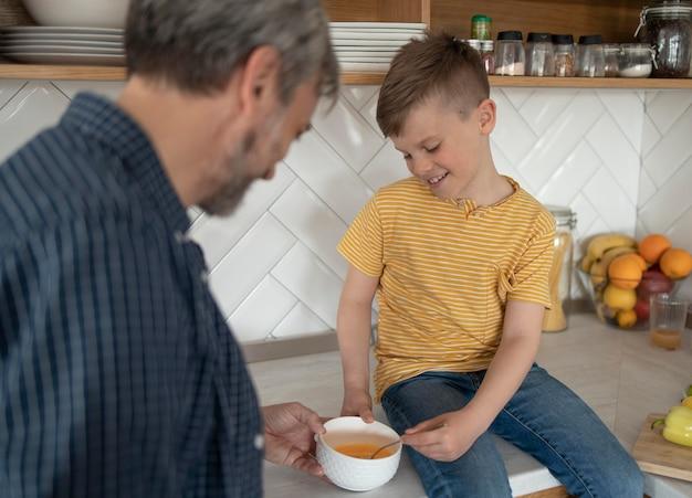 Bliska ojciec i dziecko gotowanie