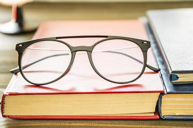 Bliska okulary i książki