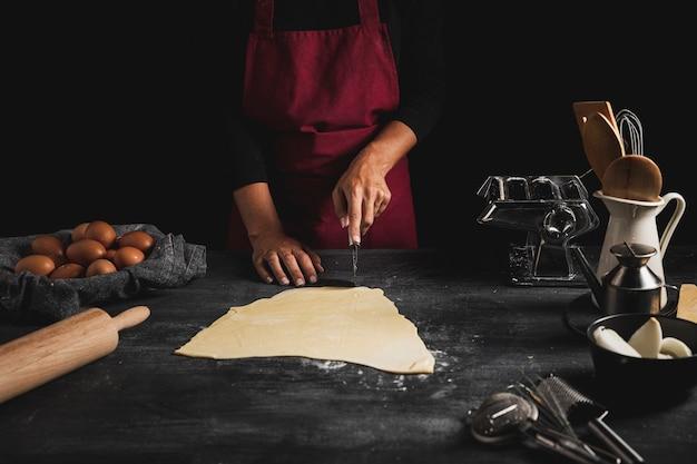 Bliska osoba krojenia ciasta