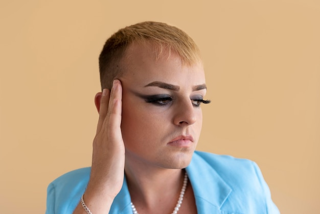 Bliska osoba transpłciowa nosząca makijaż