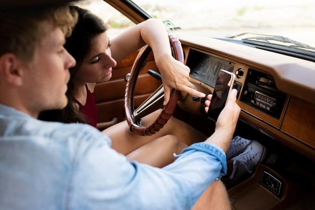 Bliska para w samochodzie przy selfie