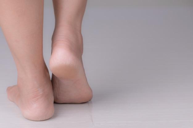 Bliska pęknięć na piętach z pokrytą złą skórą