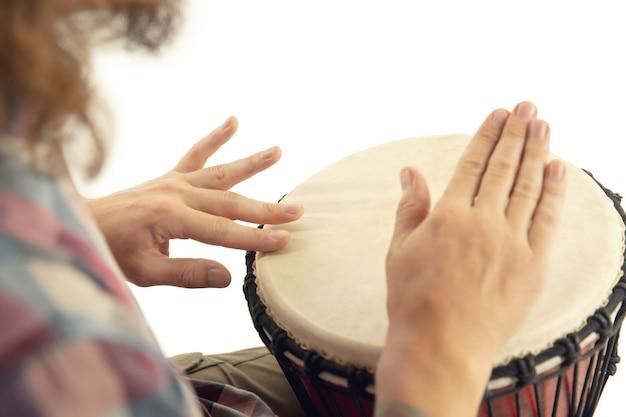 Bliska perkusista rąk gra na bębnie